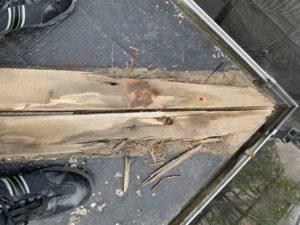 ケラバ板金の中の木、腐っている。台風被害